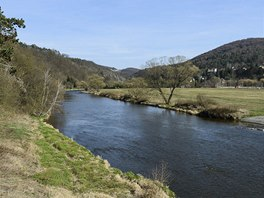 Sázava u Pikovic. Teď na jaře ještě řeka čeká na letní nápor vodáků.