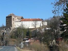 Hrad ze 13. století se vypíná na skále nad hlubokým údolím, kde se nachází