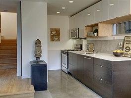 Kuchyňská linka ve větším bytě. I zde převládá dřevo.