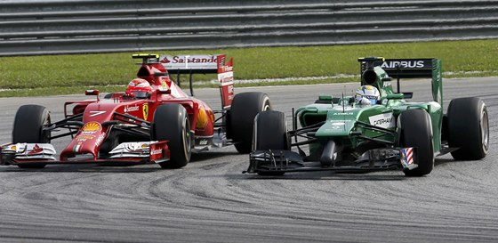 SOUBOJ V ZATÁČCE. Kimi Raikkonen z Ferrari a Marcus Ericsson z týmu Caterham.