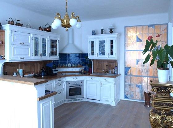 Vitráž mezi kuchyní a koupelnou vznikla ve sklářské dílně Jiřička-Coufal,