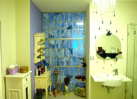 V koupelně je lustr a zrcadlo vytvořené sklářským výtvarníkem Bohumilem Eliášem