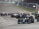 ODSTARTOVÁNO. V čele Velké ceny Malajsie se usadil Lewis Hamilton.