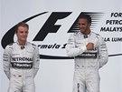 VÍTĚZ JSEM JÁ. Lewis Hamilton se tluče do srdce na oslavu vítězství ve Velké
