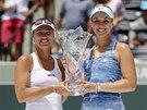 Martina Hingisová (vlevo) a  Sabine Lisická s trofejí pro vítězky čtyřhry na