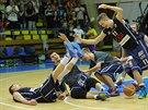 Děčínští basketbalisté slaví výhru nad Ústím.