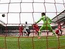 Tottenhamský brankář Hugo Lloris inkasuje v utkání s Liverpoolem.