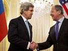 Americký ministr zahraniční John Kerry si potřásá rukou se svým ruským protějškem Sergejem Lavrovem před jejich schůzkou v Paříži. (31. března 2014)