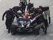 ZPÁTKY DO BOXŮ.. Daniel Ricciardo z Red Bullu měl smůlu. Ve Velké ceně Malajsie