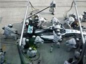 VÝMĚNA PNEUMATIK.  V péči mechaniků je Lewis Hamilton - suvérénní král Velké