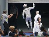 VÍTĚZNÉ POSKOČENÍ. Lewis Hamilton se raduje po Velké ceně Malajsie.