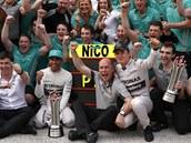 TÝMOVÁ RADOST. Členové stáje Mercedes slaví absolutní úspěch ve Velké ceně Malajsie.