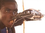 Súdánský mladík Daniel se díky protéze vytisknuté na 3D tiskárně mohl po dvou...
