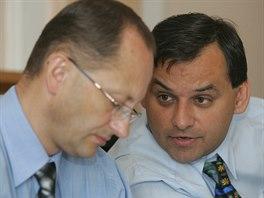 Jind�ich Sznapka (vpravo) v roce 2006 je�t� jako starosta �esk�ho T��na. Vedle...