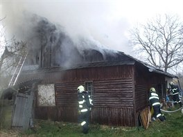 Požár domu v Krnově - Krásných Loučkách, který založil vrah seniorky.