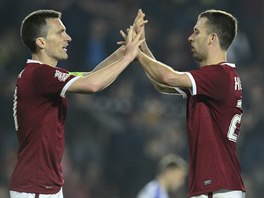DOBŘE! Sparťanští fotbalisté David Lafata (vlevo) a Josef Hušbauer se radují z...