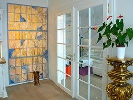 Prosklené dveře i vitráž propouštějí denní světlo mezi jednotlivými místnostmi.