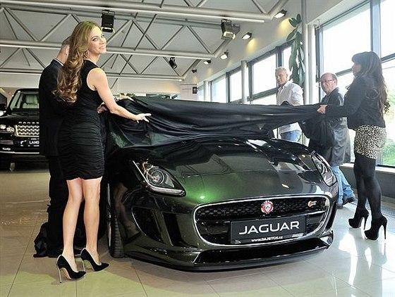 Premi�ra sportovn�ho Jaguaru v nov�m pra�sk�m autosalonu Dajbych
