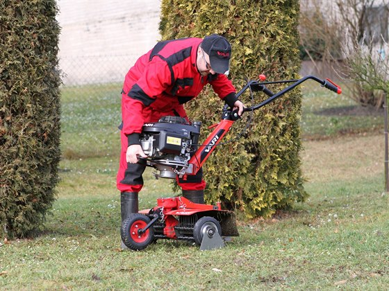 Vertikutace neboli prořezávání trávníku se stavebnicí VARI