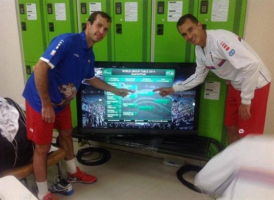 JSME TAM. Radek Štěpánek (vlevo) a Lukáš Rosol pózují u tabule, která ukazuje,...