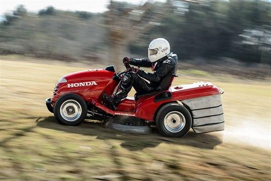 Sekačka dokáže sekat trávu při rychlosti až 24 km/h díky dvěma elektromotorům v...