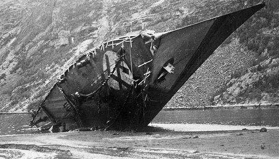 Těžce poškozený torpédoborec Bernd von Arnim navedl kapitán na břeh. Bojeschopní námořníci se přidali k německým invazním silám.