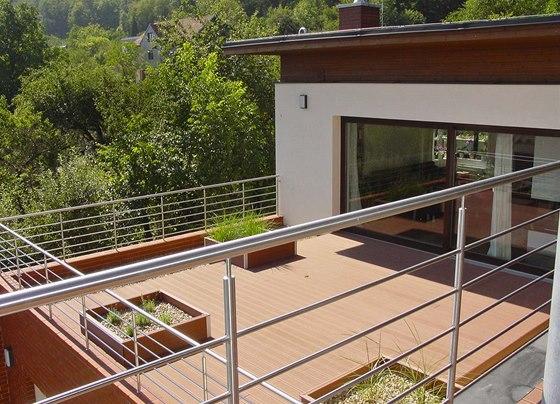 Čtyři metry široká prosklená posuvná stěna v obývacím pokoji otevírá