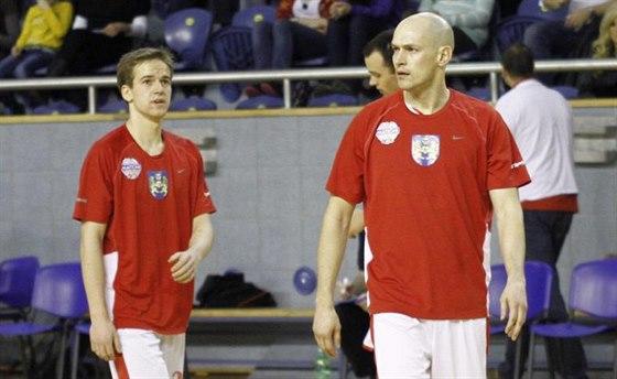 MLADÍK A MATADOR. Theodor Dlugoš (vlevo) a Jan Pavlík se sešli v celku...