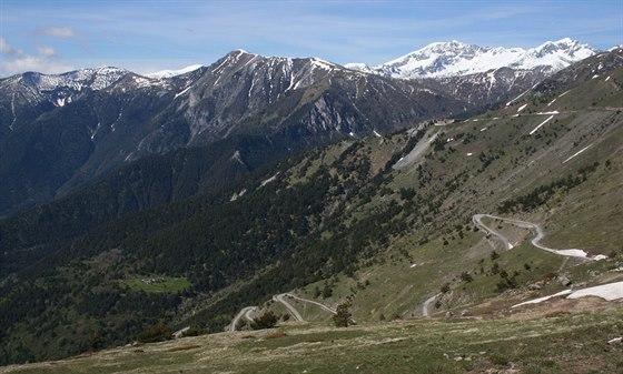 Serpentiny staré silnice do Colle di Tenda, vpravo dobře patrná pevnost Forte...