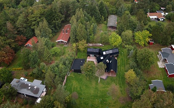 Domek o rozloze 110 metrů čtverečních se natahuje ke stromům.