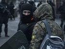 Pravý sektor opouští hotel Dnipro v Kyjevě (1. dubna 2014)