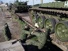 Na n�dra�� v Simferopolu dorazily rusk� tanky (29. b�ezna 2014)