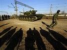 Na nádraží v Simferopolu dorazily ruské tanky, ty ukrajinské se postupně odváží...