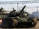 Na nádraží v Simferopolu dorazily ruské tanky, ty ukrajinské se postupně odváží na Ukrajinu (29. března 2014)