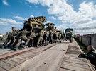 Ru�t� voj�ci na Krymu nakl�daj� ukrajinskou vojenskou techniku na vlak (8. dubna 2014)