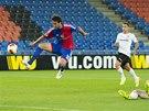 Matias Delgado z Basileje dává druhý gól do branky Valencie.