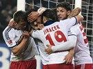 Fotbalisté Hamburku slaví branku, která jim přinesla důležitou výhru nad