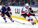 Matt Donovan z NY Islanders sleduje kouzla Aleše Hemského z Ottawy.