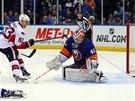 Aleš Hemský z Ottawy právě překonal Anderse Nilssona v brance  NY Islanders.
