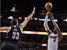 St��l� LeBron James z Miami, jeho pokus zkou�� zablokovat Mirza Teletovi� z