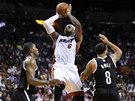 LeBron James z Miami st��l� mezi Joem Johnsonem (vlevo) a Deronem Williamsem z