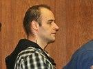 Justiční stráž přivádí do soudní síně obžalovaného Tomáše Macka. (2. 4. 2014)