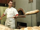 Šéf pizzař  Robert Štrba vytahuje z pece chléb.