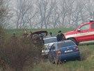 Ohořelé tělo našli hasiči po požáru vozu Nissan Patrol na polích mezi Hřebčí a Hostouní na Kladensku (1.4.2014)