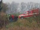 Ohořelé tělo našli hasiči po požáru vozu Nissan Patrol na polích mezi Hřebčí a...