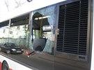 Mlad�k nevydr�el �ek�n� v kolon�, proto rozbil okno autobusu a vysko�il ven...