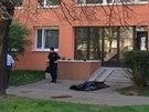 Zřejmě rodinné spory vyřešil muž skokem z okna panelového domu. Pád nepřežil