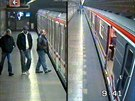 Trojice mužů, která v polovině března okradla spícího muže na nástupišti metra...