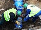 Dělníci v Markétské ulici v pražském Břevnově pracují na odstranění havárie...