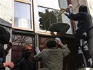 V okupované budově se podle televizních záběrů pohybují hloučky mladíků